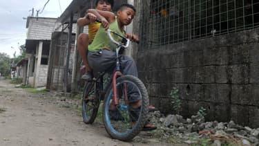 Deux enfants à Guayaquil en Équateur le 16 mai 2020.