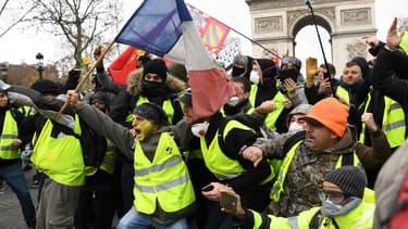 Des manifestants vêtus du gilet jaune, le 8 décembre 2018 à Paris.