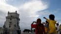 Touristes nippons devant la tour de Belém, à Lisbonne. Ce sont les Japonais qui, dans le monde, prennent le moins de vacances, avec en moyenne neuf jours de repos par an, tandis que les Français en sont les plus friands, avec un moyenne de 34,5 jours de c