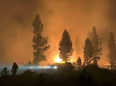 Des pompiers luttent contre le Bootleg Fire, près de Klamath Falls, le 18 juillet 2021 dans l'Oregon