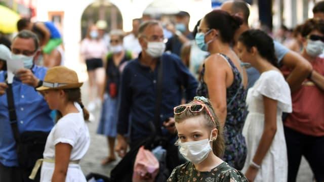 Une enfant portant un masque de protection, à Paris le 11 août 2020
