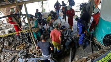 Les pompiers et sauveteurs tentent de porter secours aux mineurs disparus de Neira (Colombie) le 27 mars 2021