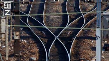 La grève des cheminots se poursuit ce dimanche pour la cinquième journée consécutive sans grandes conséquences sur le trafic, à l'exception du sud-est de la France, selon la SNCF. /Photo prise le 7 avril 2010/REUTERS/Vincent Kessler