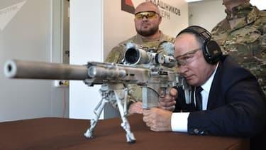 Le président russe s'exerce au tir de précision longue distance avec le dernier modèle de Kalachnikov.