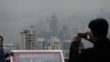 Des touristes immortalisent le nuage de pollution permanent qui flotte au-dessus de Hong Kong.