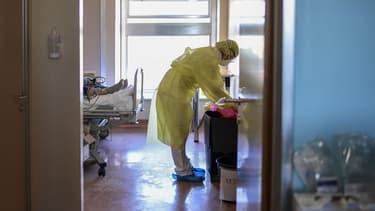 Un soignant à l'hôpital de Crémone en Italie le 22 avril 2020