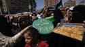 Une femme pro-Morsi distribue des gâteaux à l'occasion de l'Aïd el-Fitr, ce jeudi, au Caire.