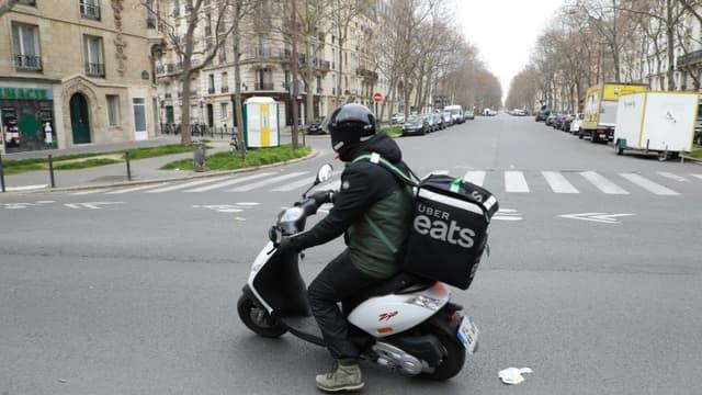Un coursier Uber Eats livre à Paris, le 22 mars 2020