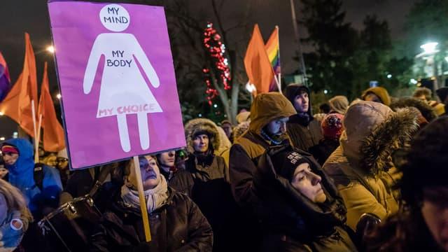 Des manifestants protestent devant le parlement polonais en faveur de l'IVG, le 13 janvier 2018.