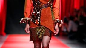 """Un mannequin d'un jour défile sur le tapis rouge déroulé à la Cité de la mode et du design, sur les quais de la Seine. Conjuguer mode, recyclage et retour à l'emploi, c'est le pari de """"Tissons la solidarité"""", réseau d'ateliers pour femmes en réinsertion q"""