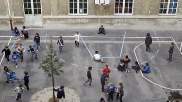 Des enfants jouent dans une cour de récréation (image d'illustration)