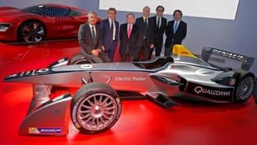 L'équipe française de Formule E, DAMS, Alain Prost est deuxième en partant de la gauche.