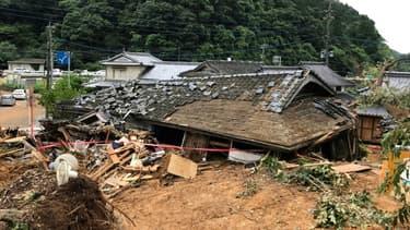Vue générale d'une maison effondrée après un glissement de terrain provoqué par des pluies torrentielles à Ashikita, dans la préfecture de Kumamoto le 5 juillet 2020