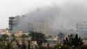 Colonne de fumée au dessus de la ville libyenne de Misrata. La troisième ville de Libye assiégée depuis près de deux mois par les forces fidèles à Mouammar Kadhafi, a été à nouveau bombardée dans la nuit de mercredi à jeudi, malgré les menaces des puissan