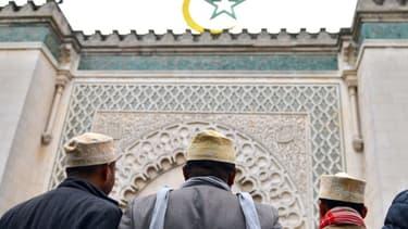 Des musulmans devant une mosquée - photo d'illustration - Miguel Medina - AFP