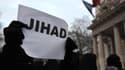 Un manifestant pro-jihadiste devant l'ambassade française à Londres, le 12 janvier 2013.