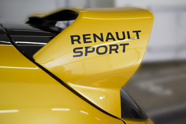 La Clio R.S. 16 s'habille aux couleurs des monoplaces F1 de Renault Sport.