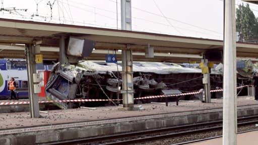 Une voiture de l'Intercités couchée sur les voies de la gare de Brétigny-sur-Orge, juste après le drame, à la mi-juillet.