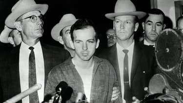 Lee Harvey Oswald, le tueur présumé de John F. Kennedy, le 22 novembre 1963 après son arrestation à Dallas, deux jours avant son assassinat