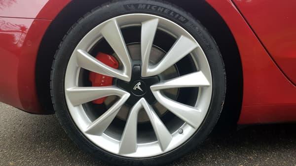 De bons freins, c'est essentiel pour une voiture aussi puissante.