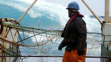 Un marin-pêcheur sur un navire français, en 2008 en Ecosse.