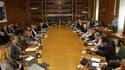 Réunion du cabinet autour du Premier ministre socialiste grec sortant, George Papandréou, mardi. Les partis politiques grecs, en pourparlers sur la formation d'un gouvernement d'union nationale, sont d'accord pour nommer à sa tête l'ancien vice-président
