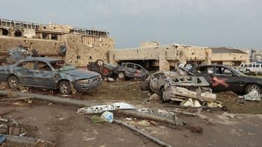 La tornade faisait trois kilomètres de large et a emporté voitures et bâtiments.