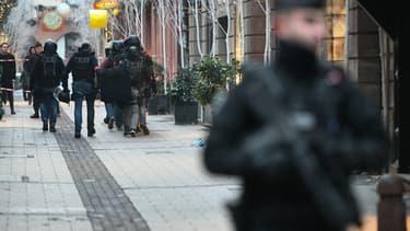 La BRI patrouillant dans les rues de Strasbourg.