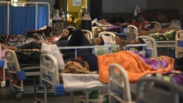 Des patients sous oxygène dans un hall de réception transformé en unité anti-Covid, le 27 avril 2021 à New Delhi, en Inde