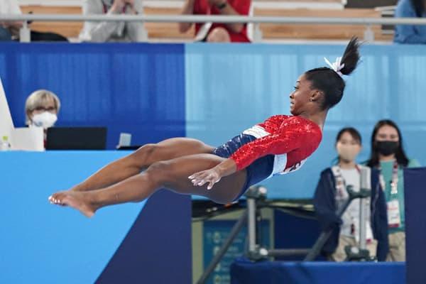 Simone Biles en plein saut à Tokyo