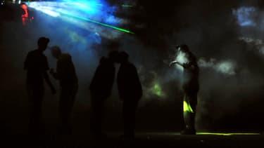 Des personnes dancent lors d'un Teknival organisé le 2 mai 2009 à Crucey-Villages (Eure-et-Loir)  (photo d'illustration).