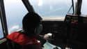 Un pilote indonésien menant des recherches pour retrouver la trace du Boeing 777 de la Malaysia Airlines disparu vendredi soir