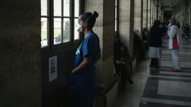 Une soignante fait une pause dans un couloir de l'hôpital Lariboisière, le 14 octobre 2020 à Paris
