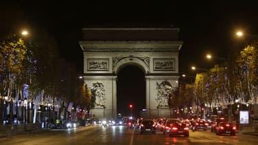 Les illuminations de Noël en cours d'installation sur les Champs-Élysées