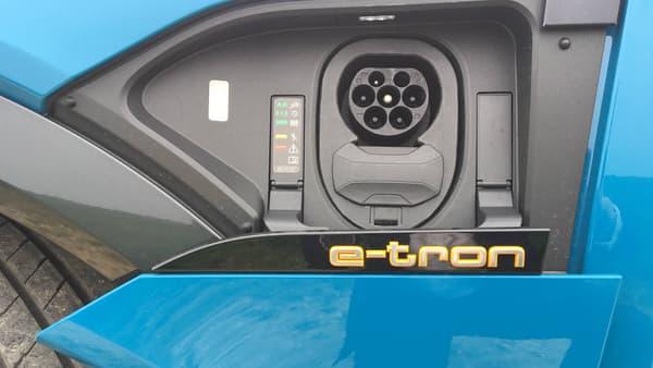 """Audi propose aussi une carte de recharge """"e-tron Charging Service"""" qui permet d'accéder à 15.000 points de recharge sur 26.000 en France."""
