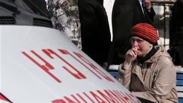 Proches des mineur à Raspadskaïa, en Sibérie, après un double coup de grisou. Après une interruption due à l'accumulation de méthane, les sauveteurs ont repris dimanche leurs recherches dans cette mine de charbon pour tenter de retrouver 83 mineurs bloqué