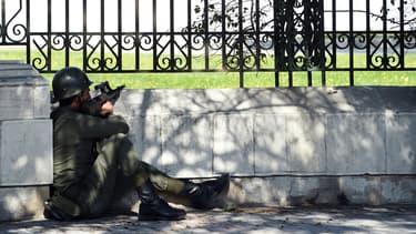 Un soldat tunisien à l'extérieur du musée du Bardo, à Tunis.