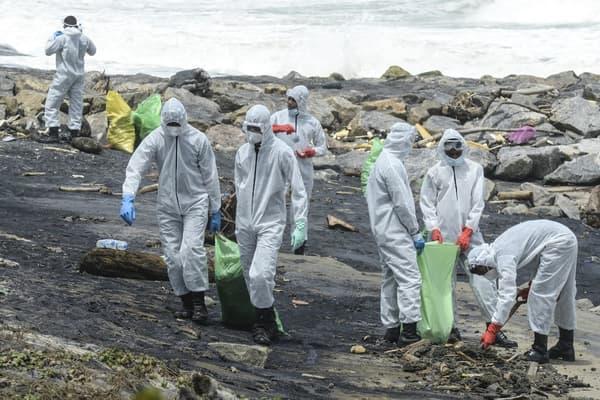 Les plages du Sri-Lanka sont recouvertes de plastiques provenant d'un navire en feu au large.