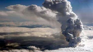 Le trafic aérien en Europe du Nord est fortement perturbé à cause de l'éruption d'un volcan en Islande (photo), dont le nuage de cendres s'est propagé sur les îles britanniques. /Photo prise le 14 avril 2010/REUTERS/Garde-côtes islandais/Arni Saeberg/HO