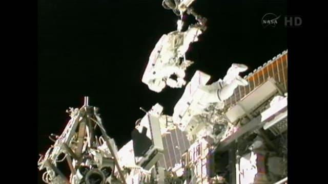Deux astronautes, l'Américaine Sunita Williams et le Japonais Akihiki Hoshide, sont sortis mercredi de la Station spatiale internationale (ISS) afin de tenter, pour la seconde fois, d'installer un nouvel élément de récupération d'énergie. /Image prise le