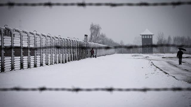 Une délégation juive s'est retrouvée enfermée dans le camp d'Auschwitz le soir de la journée de commémoration des 70 ans de sa libération.