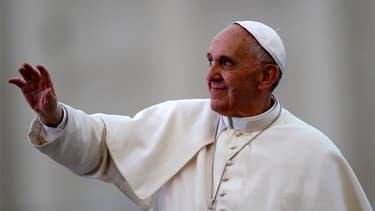 Le pape François a alterné le sourire et la gravité samedi place Saint-Pierre de Rome lors d'un rassemblement de quelque 200.000 catholiques. /Photo prise le 18 mai 2013/REUTERS/Stefano Rellandini