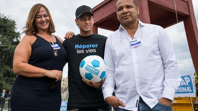 Neymar entouré par sa mère et son père