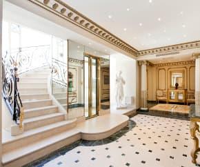 L'entrée couverte de marbre devrait plaire aux fortunes étrangères.