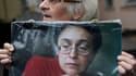Une femme tient le portrait de la journaliste assassinée Anna Politkovskaïa, le 7 octobre 2016 à Moscou.