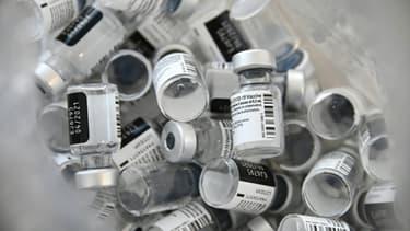 Fioles vides de vaccin Pfizer-BioNTech à l'hôpital Emile Muller à Mulhouse, le 8 janvier 2021