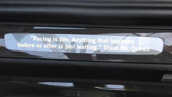 """L'esthétique de cette 911R a été imaginée en hommage à Steve McQueen, et à sa Porsche 911 S. Elle comporte ainsi une citation de l'acteur: """"La course, c'est la vie. Tout ce qui se passe avant ou après n'est qu'attente""""."""