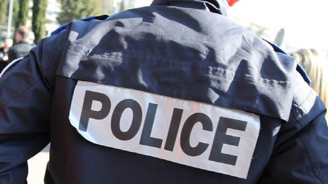 Les arnaqueurs se déguisent parfois en policiers pour tromper leurs victimes et leur dérober des objets précieux chez eux.
