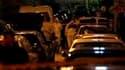 Enquêteurs sur les lieux de l'explosion d'une bombe dans le centre d'Athènes. L'explosion, survenue devant une école de formation de fonctionnaires, a tué un homme et fait deux blessés, une femme et un enfant. /Photo prise le 28 mars 2010/REUTERS/Yiorgos