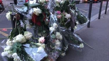 Des fleurs déposées en hommage à Sixtine, sur les lieux de l'accident dans le 16e arrondissement.